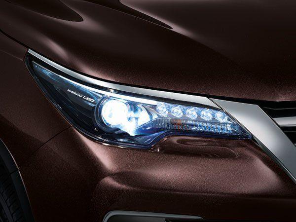 ไฟหน้าแบบ Bi-Beam LED ที่เป็นเอกลักษณ์เฉพาะตัวของ Toyota Fortuner