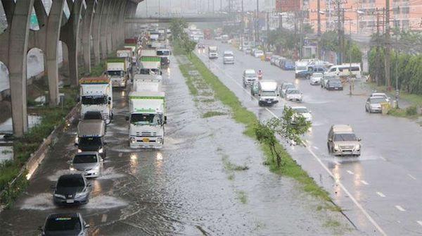ฝนตกหนักทำให้น้ำท่วมขังจนเป็นเหตุให้รถติดขัด