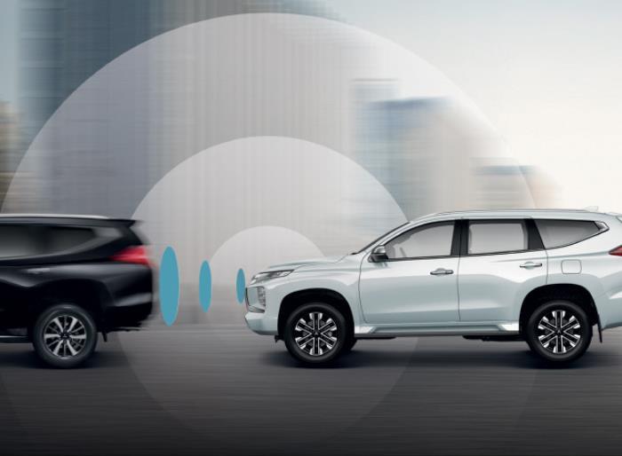 ระบบเตือนการชนหน้าตรง พร้อมระบบช่วยชะลอความเร็วในรุ่น 4WD GT-Premium