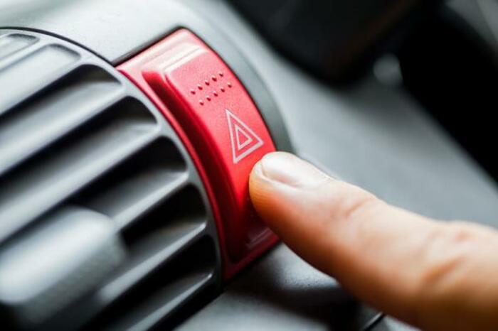 เปิดไฟฉุกเฉิน ขอความช่วยเหลือจากคนนอกรถ