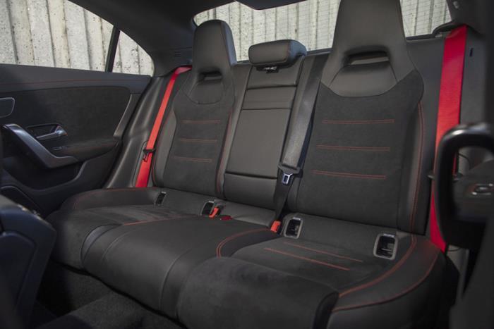 เบาะนั่งแบบ AMG Sports seats หุ้มหนัง ARTICO สลับ DINAMICA microfibre สีดำ ตกแต่งด้วยด้ายสีแดง