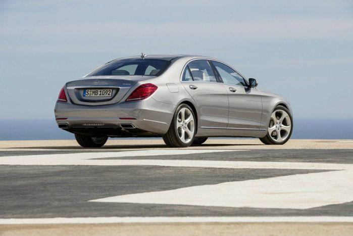 ด้านหลัง Mercedes-Benz S300