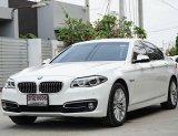 BMW 528i Luxury Line (LCI) ปี15 พร้อมสียอดนิยม รถสีขาว เบาะน้ำตาล