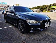 ขาย BMW 320i Sport (F30) เบาะหนัง ภายในสีแดง โฉมปัจจุบัน ปี 2013 รถศูนย์  BSI ถึง 21/5/2018 สภาพสวยมาก ประวัติดี ไม่เคยชน สมบูรณ์พร้อมใช้งาน ทดลองขับได้