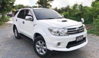 รถครอบครัว สีขาวสวยกริบ สเกิร์ตรอบคัน ราคาถูก ฟอร์จูนเนอร์ 3.0 V 4WD