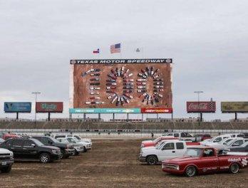 เซอร์ไพรส์ Chevrolet เปิดตัว 2019 Silverado Z71 ใน Texas Motor Speedway