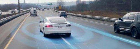 งานเข้า ! เมื่อระบบขับขี่อัตโนมัติของ Tesla เร่งความเร็วเอง